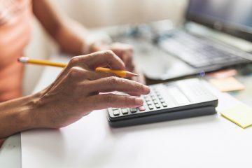 mesa de escritório com calculadora